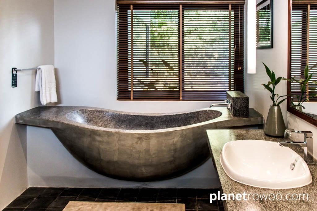 The unique 'hammock-shaped' bathtub!