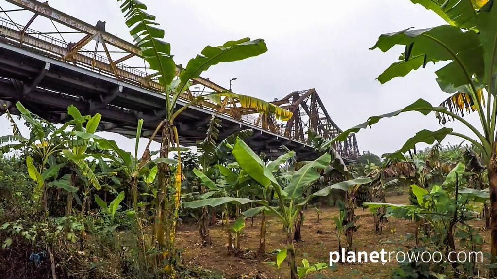The iconic Long Biên Bridge crosses the southern end of Banana Island